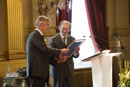Remco Campert krijgt de prijs van Koning Filip