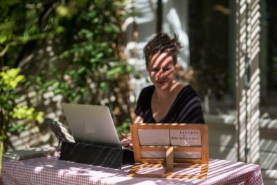 (Beeld: foto vertaalster aan een tafel buiten)